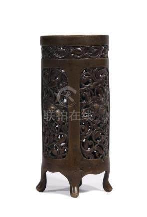 BITONG tripode en bronze ajouré à décor de pivoines.  CHINE XVIIe siècle (gerce