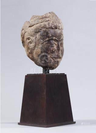 TETE DE KWANIN en grès gris.  Chine Qi du nord VIe siècle  H. 18 cm