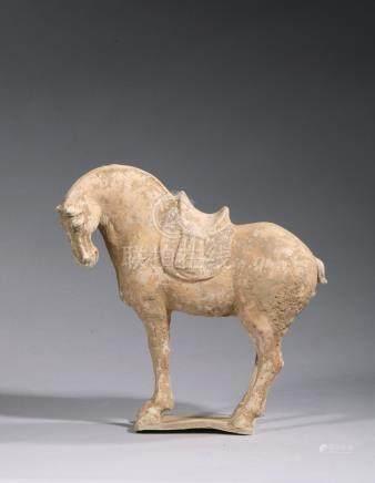 CHEVAL SELLE sur sa base à engobe et traces de polychromie. Chine Tang (618 - 9