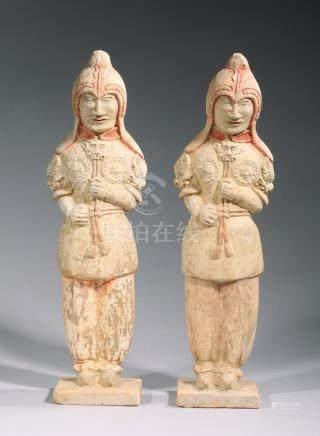 DEUX GUERRIERS debout en armure en terre cuite à traces de polychromie.  Chine