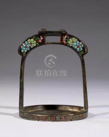 ETRIER en métal à décor floral en émaux cloisonnés.  Japon Edo XIXe siècle 14 x