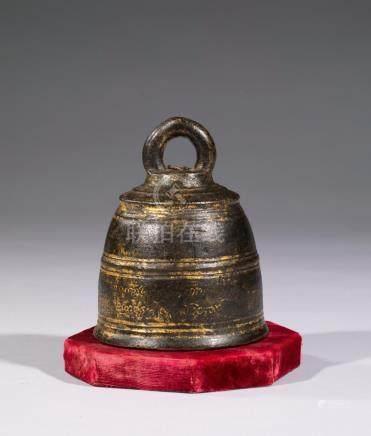 CLOCHE en bronze.  Birmanie XVIIIe siècle H. 11 cm