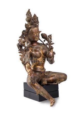 TARA ASSISE EN DELASSEMENT, en bronze à traces de dorure et incrustations de pi