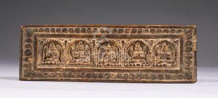COUVERTURE DE LIVRE BOUDDHISTE en bois sculpté d'un côté d'un Bouddha et de qua