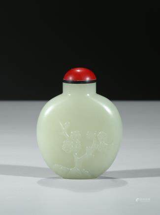 A WHITE JADE 'PLUM BLOSSOM' SNUFF BOTTLE