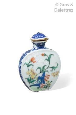 Chine, XIXe siècle  Flacon tabatière en forme gourde aplatie en porcelaine et é