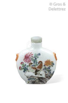 Chine, XIXe siècle  Flacon tabatière en forme de gourde aplatie, en porcelaine