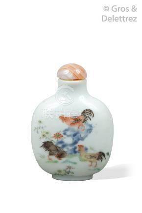 Chine, XIXe siècle  Flacon tabatière en porcelaine, à décor de trois coqs autou