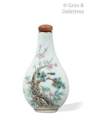 Chine, XIXe siècle  Tabatière de forme balustre aplatie en porcelaine et émaux