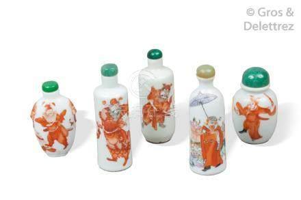 Chine, XIXe siècle  Cinq flacons tabatières en porcelaine et émaux rouge de fer