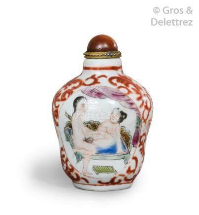 Chine, XXe siècle  Flacon tabatière en porcelaine émaux de la famille rose à dé