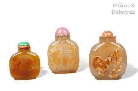 Chine, XIXe siècle  Trois flacon tabatières, l'un en agate cornaline, les autre