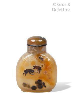 Chine, XIXe siècle  Flacon tabatière en agate beige veinée de brun à décor de s
