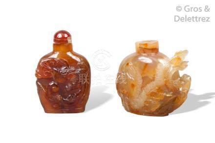 Chine, XXe siècle  Deux flacons tabatières, l'un en agate cornaline à décor de