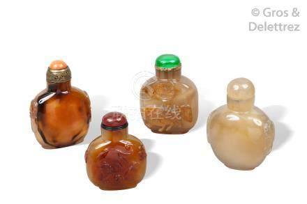 Chine, XXe siècle  Quatre flacons tabatières en agate grise et beige et cornali