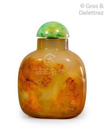 Chine, XIXe siècle  Flacon tabatière en agate beige, veinée de rouille, à décor