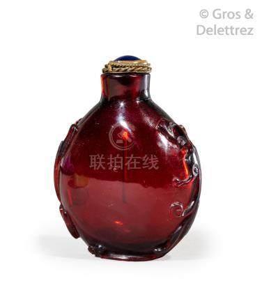 Chine, XIXe siècle  Flacon tabatière en verre rubis, orné de deux dragons en re