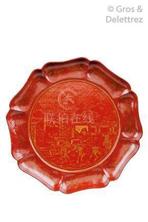 Chine, période Yuan, XIVe siècle Plateau floriforme en laque rouge à décor à l