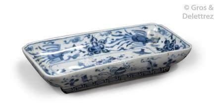 Chine du Sud, XVII-XVIIIe siècle  Ravier rectangulaire en porcelaine craquelée