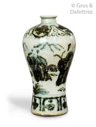 Chine, époque Ming, XVIe siècle  Petit vase Meiping en porcelaine et émaux vert
