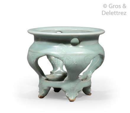 Chine, XVIII-XIXe siècle  Socle en porcelaine et émail céladon, reprenant la fo