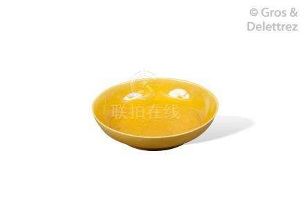 Chine, marque et époque Kangxi  Coupelle en porcelaine et émail jaune, à décor