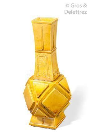 Chine, période Kangxi  Vase en biscuit émaillé jaune, à panse facetée surmontée