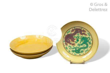 Chine, XVIII et XIXe siècle Lot de trois coupes en porcelaine et émail jaune,