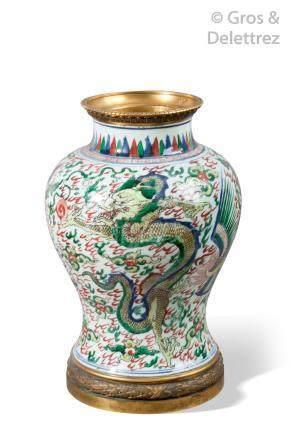 Chine, XVIIe siècle Vase balustre en porcelaine et émaux de la famille verte à