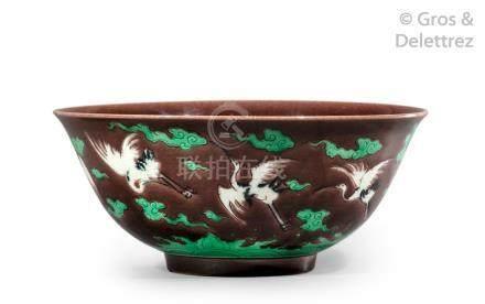 Chine, période Qing  Coupe en porcelaine et émaux de style famille verte, à déc