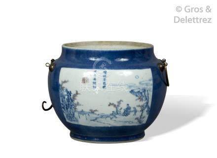Chine, XIXe siècle  Bouillon en porcelaine et émaux bleus et rouge de fer à déc