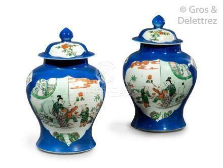 Chine, XIXe siècle  Paire de potiches couvertes en porcelaine bleue poudrée, à