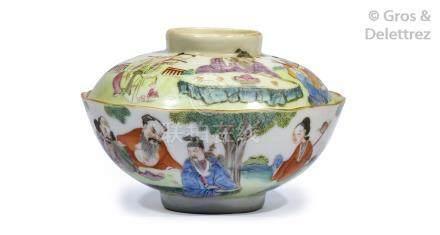 Chine, marque et époque Daoguang  Coupe couverte en porcelaine et émaux de la f
