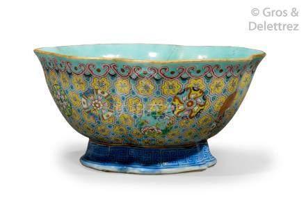 Chine, marque et époque Daoguang  Coupe floriforme en porcelaine et émaux de la