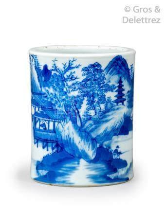 Chine, XIXe siècle Porte-pinceaux bitong en porcelaine à décor émaillé bleu so
