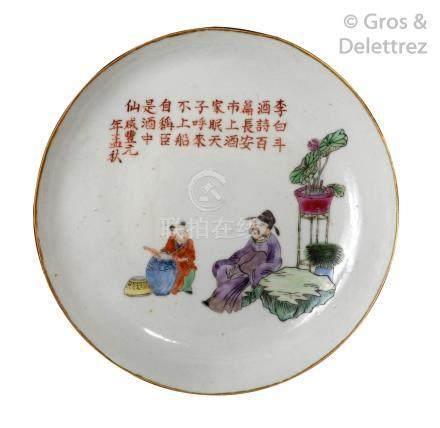Chine, XIXe siècle Assiette en porcelaine et émaux de la famille rose représen