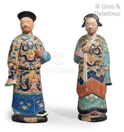 Chine, XIXe siècle  Deux figurines en terre cuite peinte, formant pendant, repr