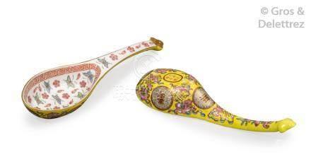 Chine, marque et époque Guangxu Paire de cuillères en porcelaine et émaux de l