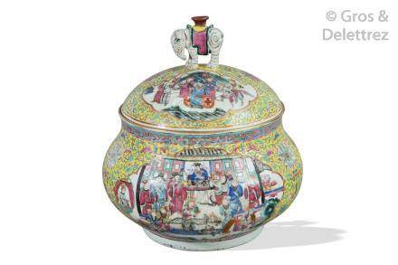 Chine, période Guangxu  Grand bouillon couvert en porcelaine et émaux de la fam