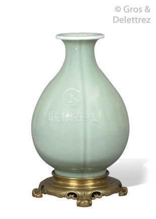 Chine, XIXe siècle Vase piriforme en porcelaine et émail céladon, style Longqu