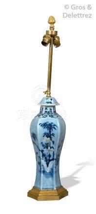 Chine, fin XIXe Vase à sections hexagonales en porcelaine et émail bleu et tra