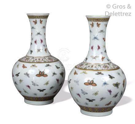 Chine, période Guangxu Paire de vases pansus à long col en porcelaine et émaux