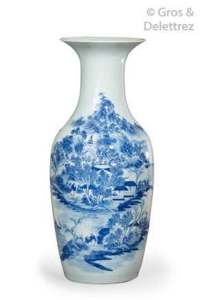 Chine, fin XIXe siècle Grand vase balustre en porcelaine blanche à décor émail