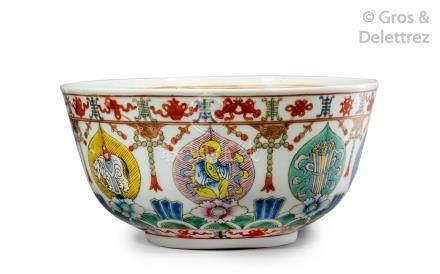 Chine, vers 1900  Coupe en porcelaine et émaux de la famille rose, à décor de h