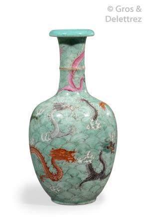 Chine, fin de la période Qing  Vase bouteille en porcelaine et émaux de style f