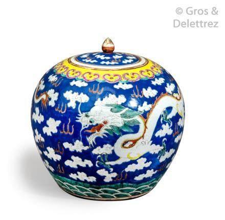 Chine, vers 1900 Paire de pots à gingembre en porcelaine et émaux de style fam