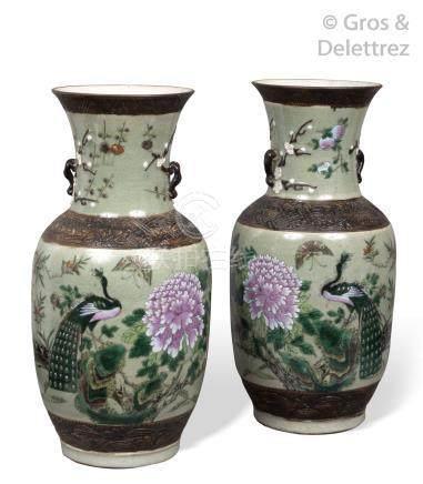 Nankin, vers 1900 Paire de vases balustre en porcelaine de Nankin à décor de c