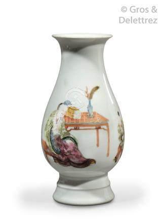 Chine, période République  Vase balustre sur piédouche en porcelaine et émaux d