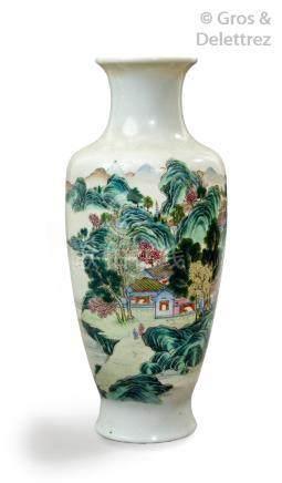 Chine, 1ère moitié du XXe siècle Vase balustre en porcelaine et émaux de la fa
