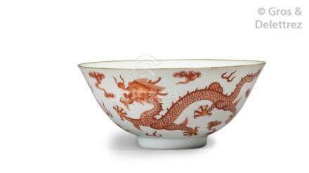Chine, époque République  Petite coupe évasée en porcelaine et émaux corail, à